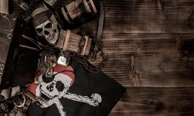 Pirata con teschio umano. scrigno del tesoro e oro. equipaggiamento di scoperta ed esploratore per scomparire la fortuna.