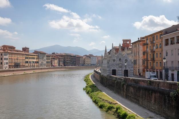Pisa, italia - 29 giugno 2018: vista panoramica sul centro storico della città di pisa e sul fiume arno con ponte. giornata estiva e cielo azzurro