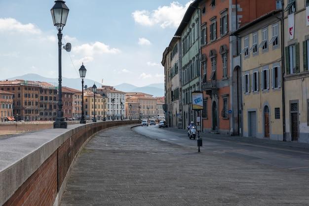 Pisa, italia - 29 giugno 2018: vista panoramica sul centro storico della città di pisa. giornata estiva e cielo azzurro