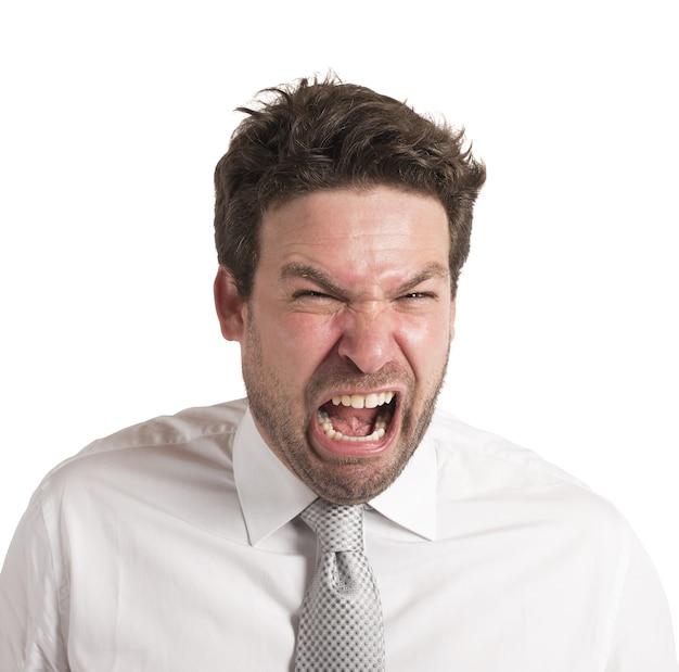 L'uomo incazzato urla ad alta voce per il suo fallimento