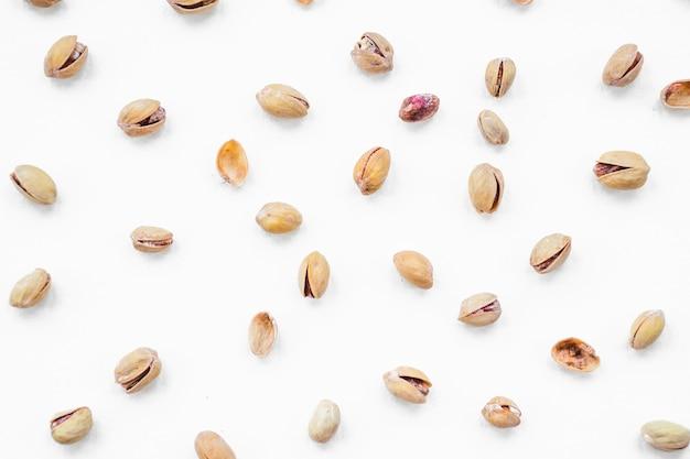 Il pistacchio si è sparso su priorità bassa bianca