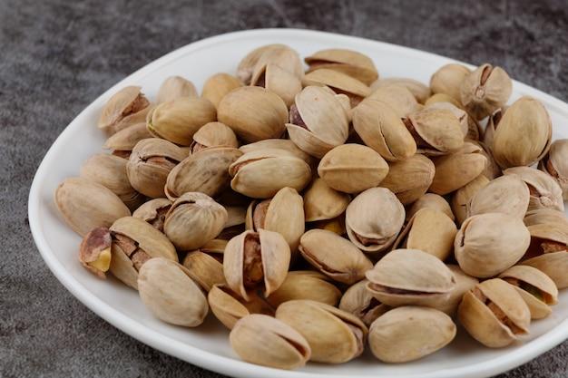 I pistacchi sono noci deliziose su un piatto