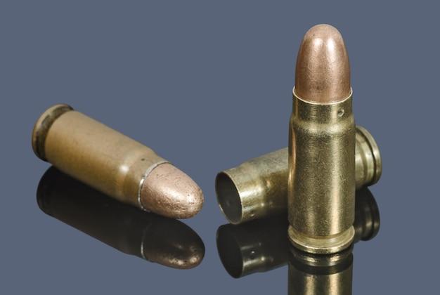 Cartucce per pistola di calibro 7,62 mm su colore grigio