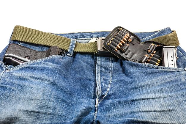 Pistola nella tasca dei jeans.