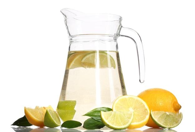 Brocca di limonata, lime e limone isolato su bianco