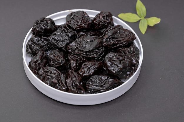 Prugne snocciolate servite sul grigio