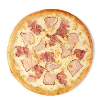 Pizza carbonara con braciola delicata, pancetta e mozzarella. vista dall'alto. sfondo bianco. isolato.