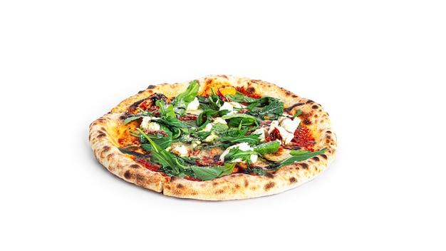 Pizza crema di formaggio con balsamico isolato su uno sfondo bianco.