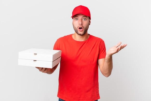 Pizza consegna uomo stupito, scioccato e stupito con un'incredibile sorpresa