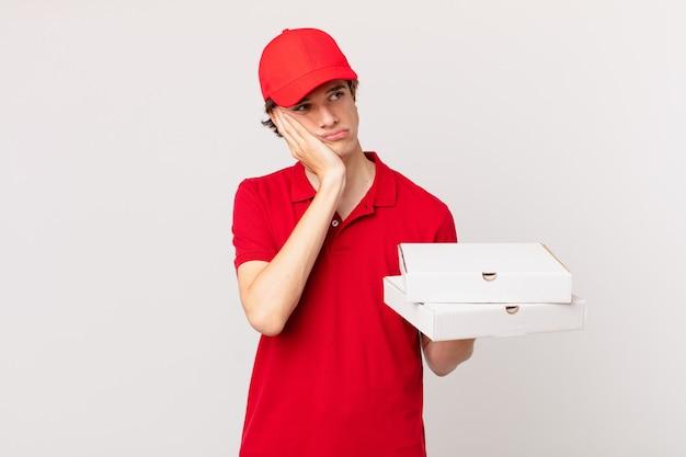 La pizza consegna l'uomo annoiato, frustrato e assonnato dopo un noioso