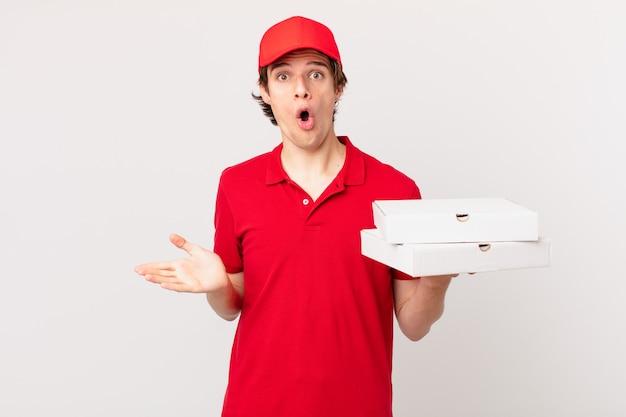 La pizza consegna l'uomo che si sente estremamente scioccato e sorpreso?