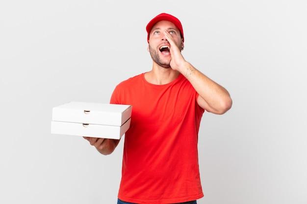 La pizza fa sentire l'uomo felice, dando un grande grido con le mani vicino alla bocca