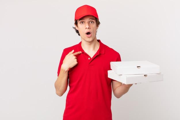 La pizza consegna l'uomo felice e indica se stesso con un'eccitazione