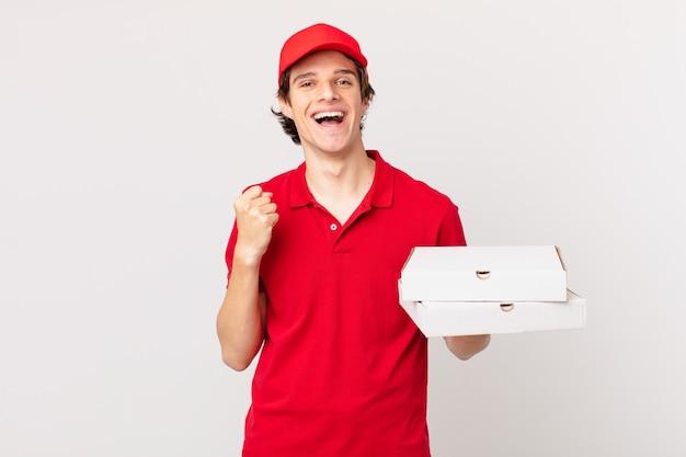 La pizza consegna l'uomo scioccato, ridendo e celebrando il successo