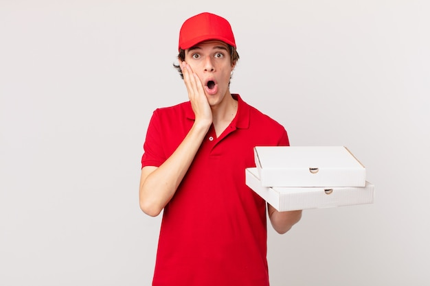 La pizza consegna l'uomo scioccato e spaventato?