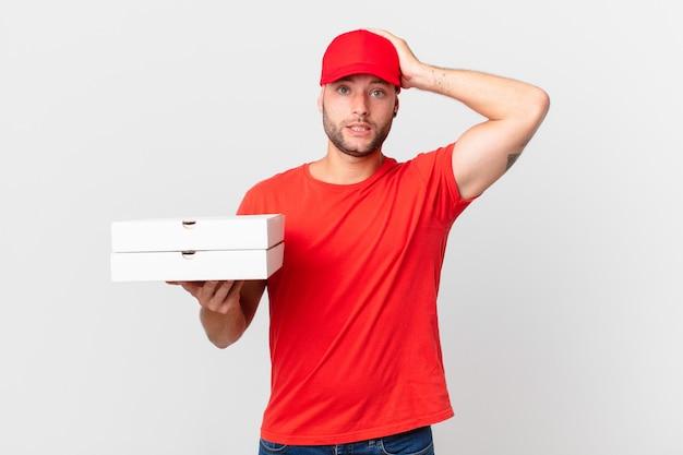 La pizza consegna l'uomo stressato, ansioso o spaventato, con le mani sulla testa