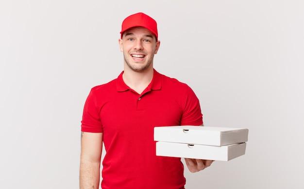 La pizza consegna l'uomo che sembra felice e piacevolmente sorpreso, eccitato con un'espressione affascinata e scioccata