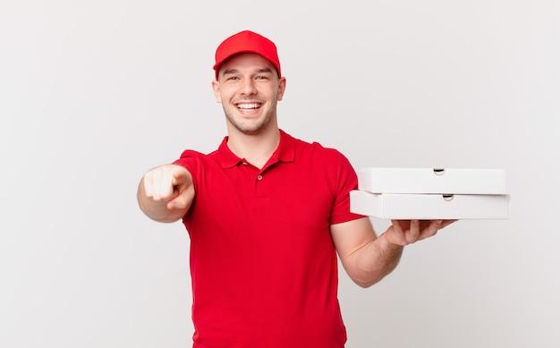 Pizza consegna uomo che punta alla telecamera con un sorriso soddisfatto, fiducioso e amichevole, scegliendo te