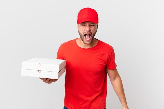 Pizza consegna uomo che grida in modo aggressivo, sembra molto arrabbiato?