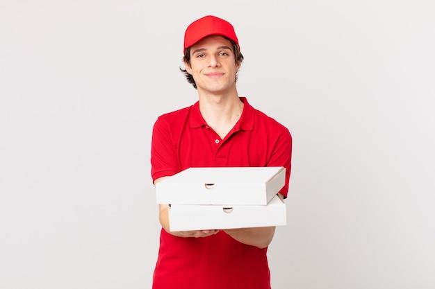 La pizza consegna l'uomo sorridendo felicemente con amichevole e offrendo e mostrando un concetto