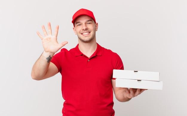 La pizza consegna l'uomo sorridente e dall'aspetto amichevole, mostrando il numero cinque o il quinto con la mano in avanti, conto alla rovescia