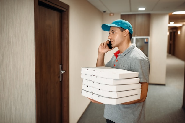 Il fattorino della pizza alla porta chiama il cliente