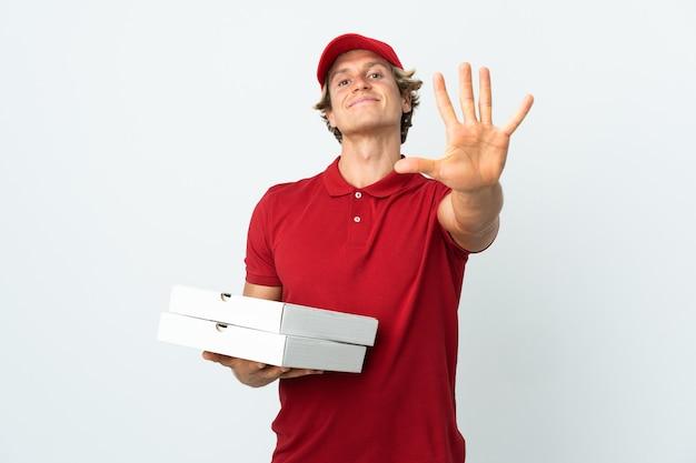 Fattorino della pizza su sfondo bianco isolato contando cinque con le dita