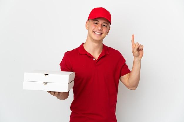 Uomo di consegna pizza con divisa da lavoro raccogliendo scatole per pizza isolate