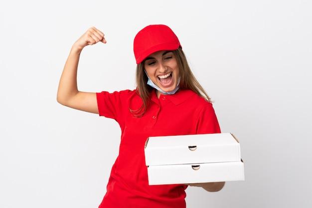 Donna di consegna della pizza che tiene una pizza e che celebra una vittoria