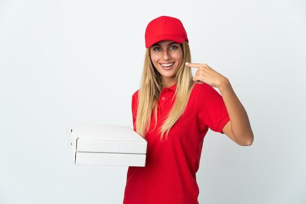 Donna di consegna della pizza che tiene una pizza isolata su fondo bianco che dà un pollice in alto gesto