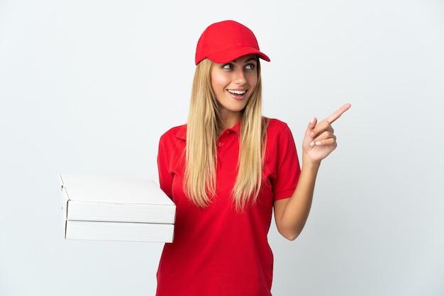 Pizza consegna donna in possesso di una pizza isolata su sfondo bianco che intende realizzare la soluzione mentre si alza un dito