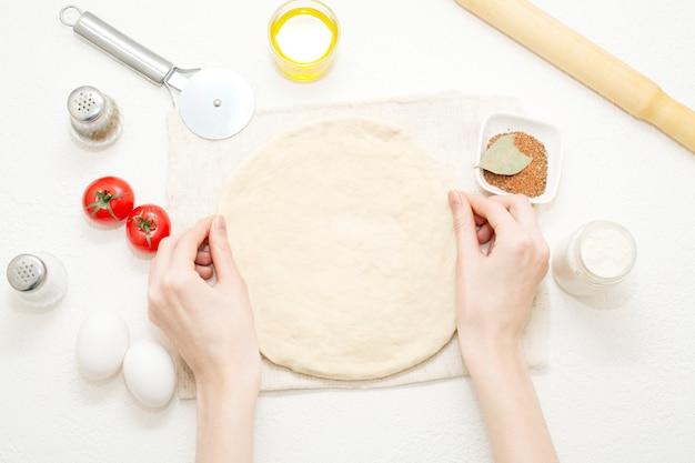 Gli impasti per pizza sono gli ingredienti e gli strumenti di cottura necessari