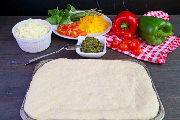 Impasto per pizza su una teglia pronto per il prossimo processo di preparazione