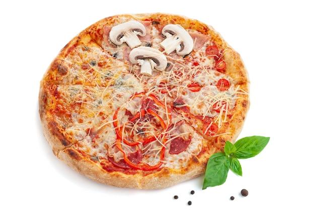 Pizza quattro gusti con funghi, formaggio, pancetta e vegetariana. su una tavola di legno. decorato con basilico e spezie. vista dall'alto. sfondo bianco.
