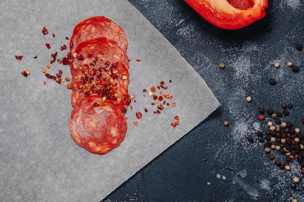 Ingredienti della pizza su fondo concreto scuro, pizza napoletana, cucinante concetto