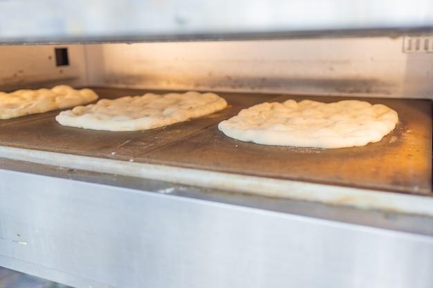 Pizza primo piano con olive verdi e peperoni e formaggio al forno