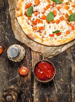Pizza margarita su carta vecchia. su uno sfondo di legno