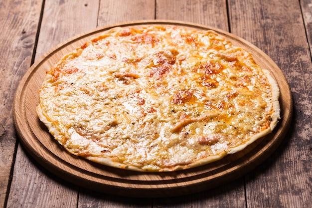 Pizza margherita sulla tavola di legno da vicino