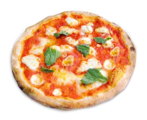 Pizza margherita con mozzarella, pomodori e basilico isolati su sfondo bianco.