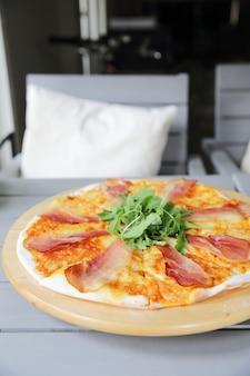Pizza margherita con prosciutto di parma e rucola