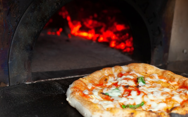 Pizza margherita in un forno a legna.