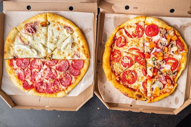 La pizza mescola diversi tipi di pizza in una scatola porzione fresca pronta da mangiare spuntino sul tavolo