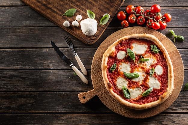 Pizza napoletana con salsa di pomodoro, mozzarella e basilico