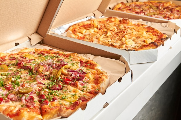 Pizza in scatole aperte preparata per la consegna