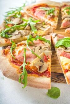 Concetto di pizza party. set di pizze con vari ripieni, pezzi di pizza diversa, vetro e bottiglia di vino.