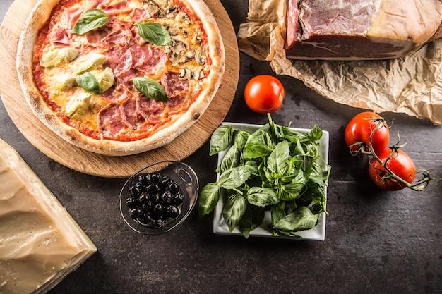 Pizza quatro stagioni quattro stagioni tradizionale italiano con carciofi e funghi Foto Premium