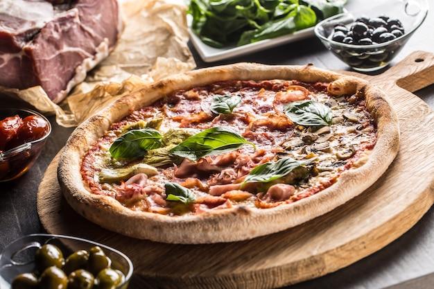 Pizza quatro stagioni quattro stagioni tradizionale italiano con carciofi e funghi