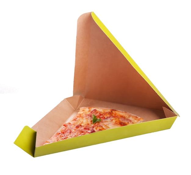 Fetta di pizza isolata su bianco
