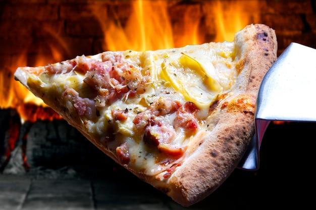 Trancio di pizza con mozzarella e pancetta