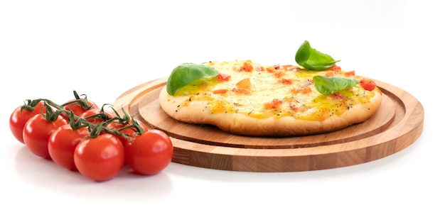 Pizza con formaggio e pomodori isolati su sfondo bianco.